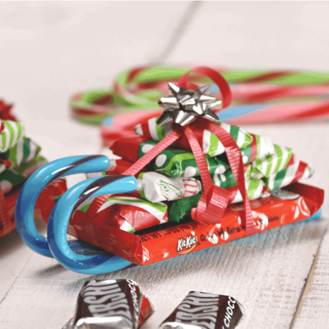 Candy Cane Sleigh | The best ever kids Christmas Craft Ideas. So many fun ideas to get the kids involved in the holiday fun!