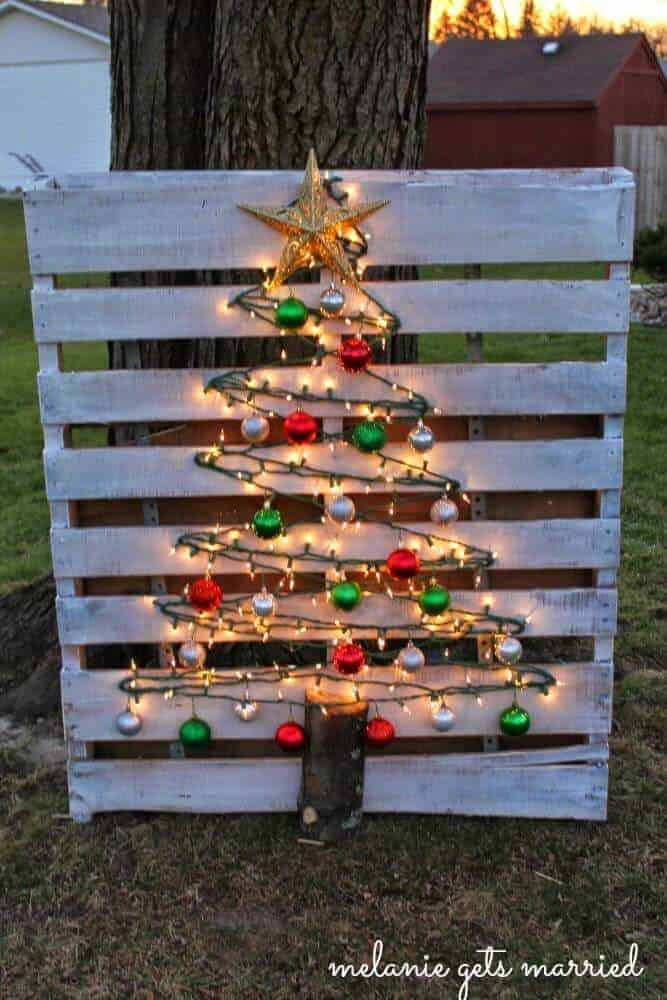wood pallet christmas tree from Making It In The Mitten