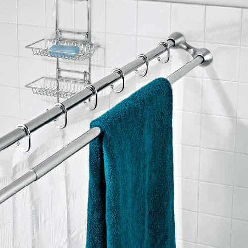 Double shower curtain rod to hang wet towels. Great ideas for organizing your bathroom!