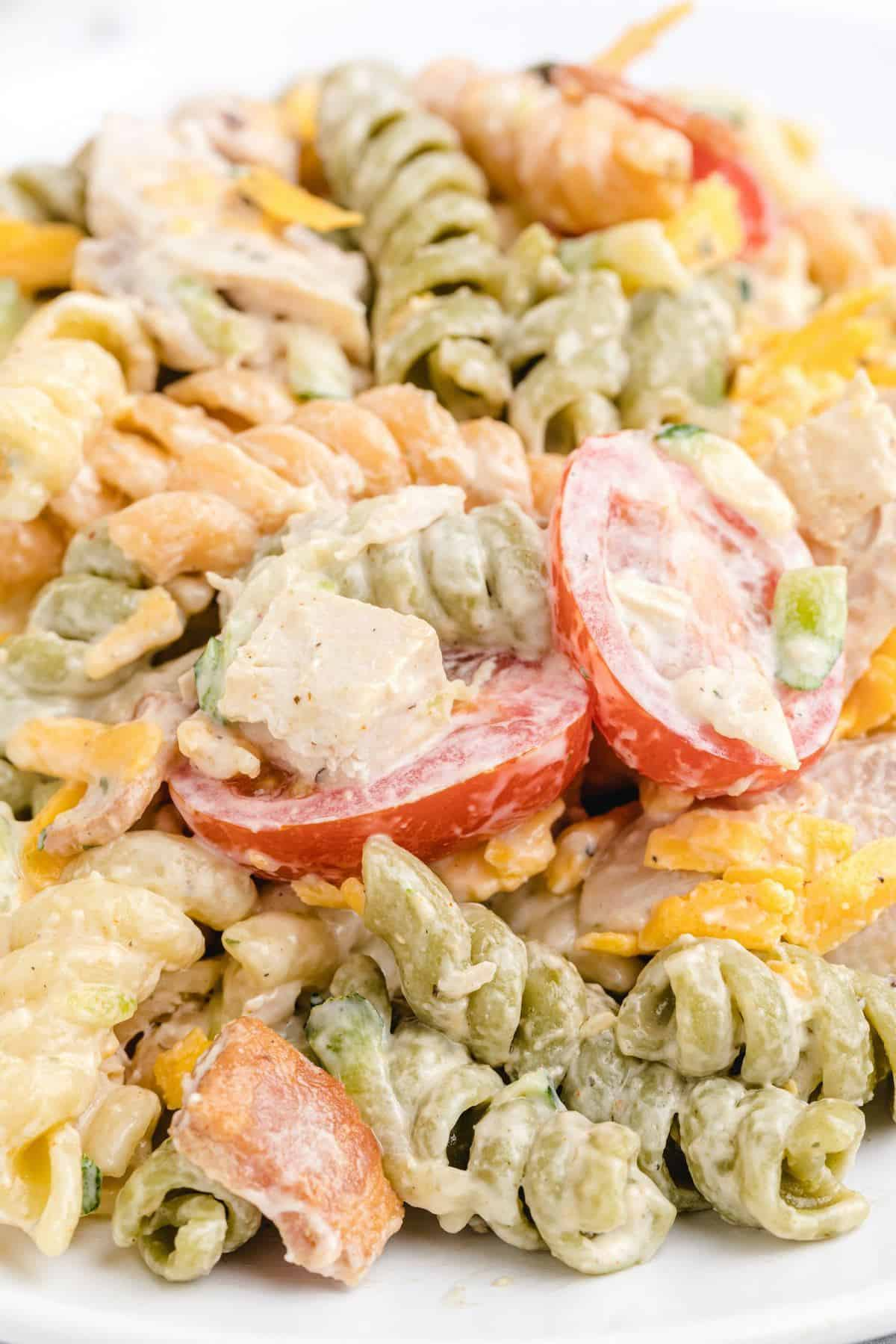 zoomed in photo chicken bacon ranch pasta salad