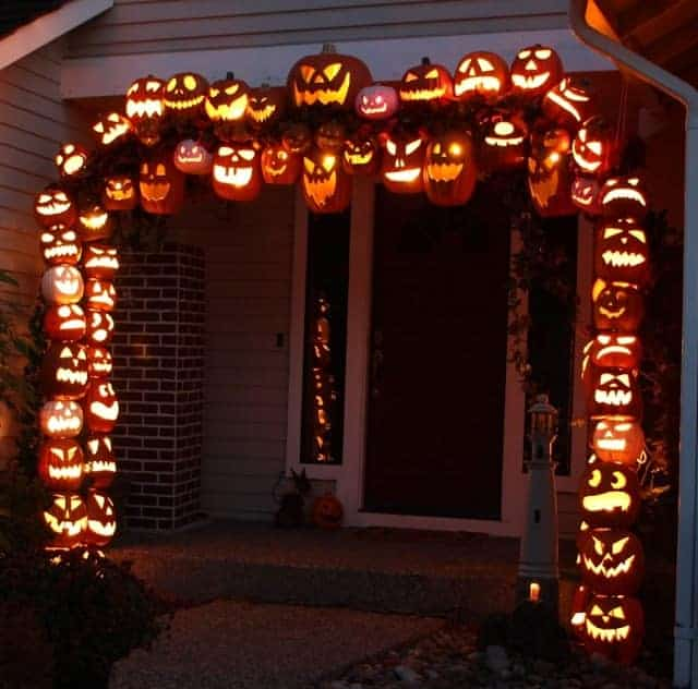 Make a pumpkin archway using foam pumpkins from Carzi Carlos
