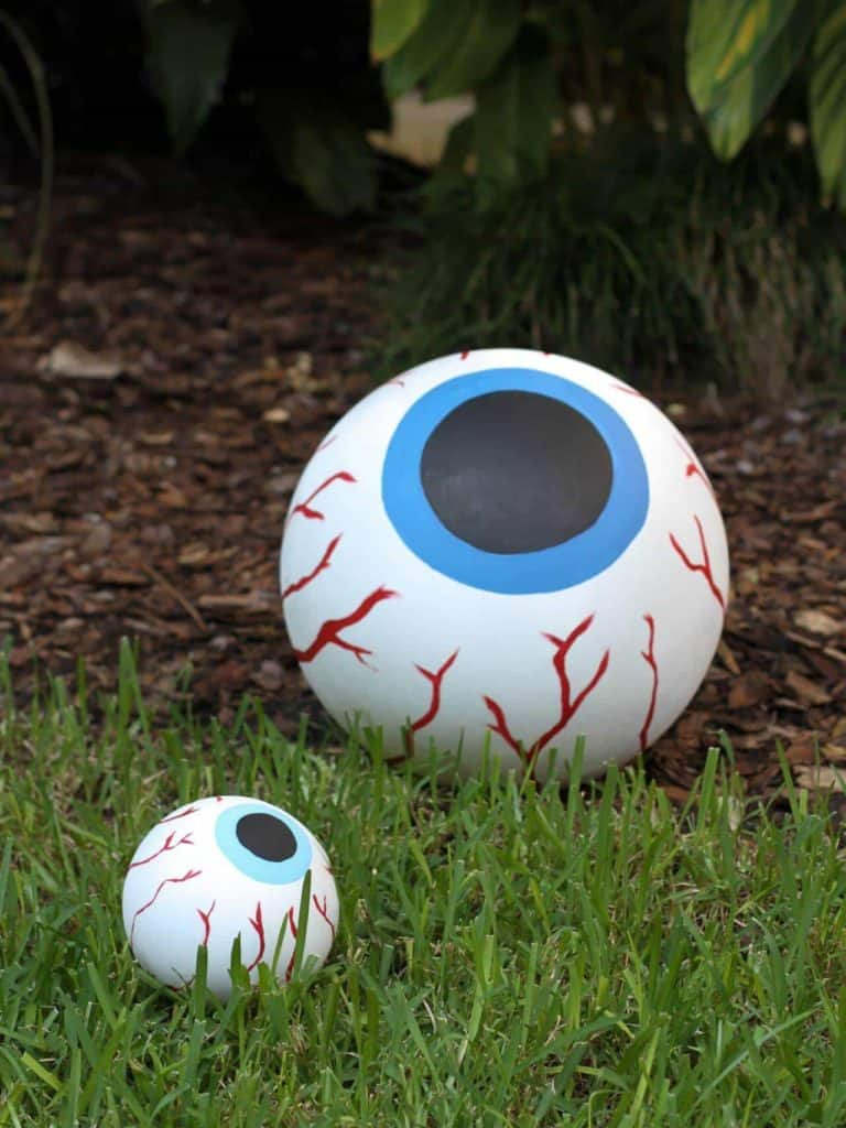 Scary Eyeball Halloween Decor by DIY Network and other easy Halloween decorations