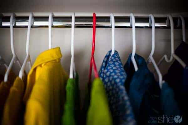 Hanger Colors by How Does She | Smart Closet Hacks and Closet Organization Ideas