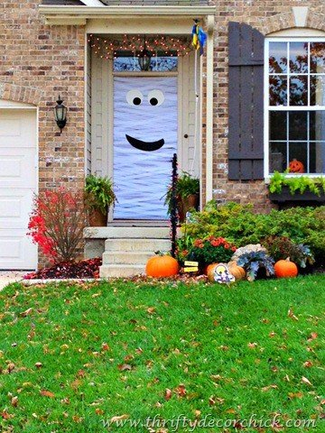 Mummy Front Door via Thrifty Decor Chick | and other great Halloween Door decorating ideas