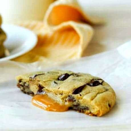 caramel stuffed chocolate-chip-cookies caramel square