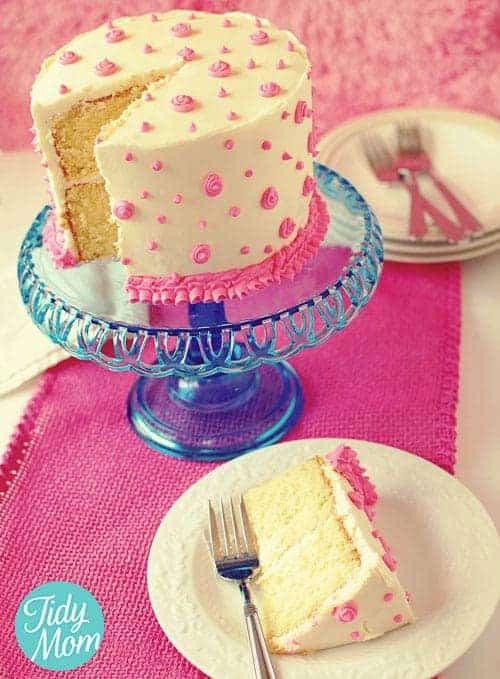 How to Decorate a Birthday Cake with Butter Cream Icing by Tidy Mom | Become a pro at designing cakes with these cake decorating hacks!