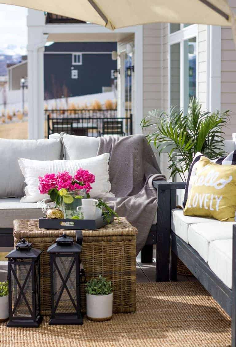 DIY Outdoor Couches by Honeybear Lane | Budget Backyard Ideas that you can do in a weekend!