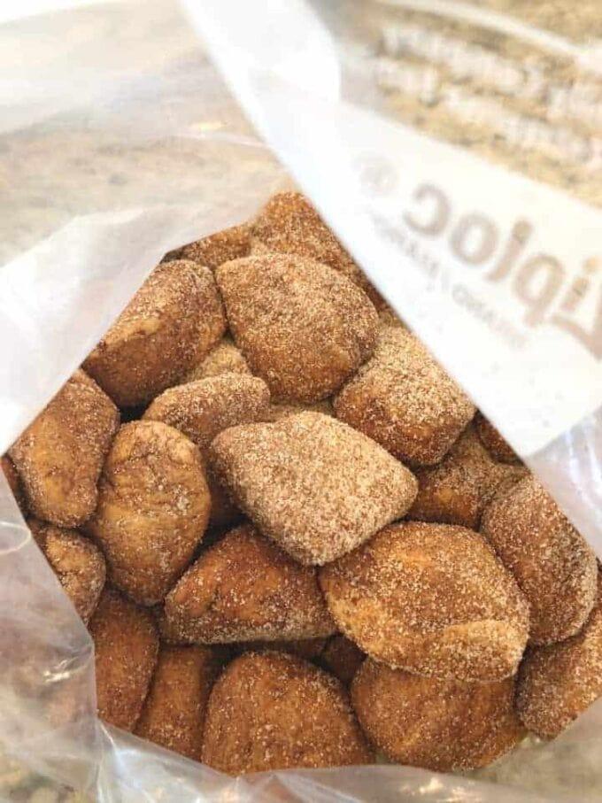 Coat bread with cinnamon and sugar mixture
