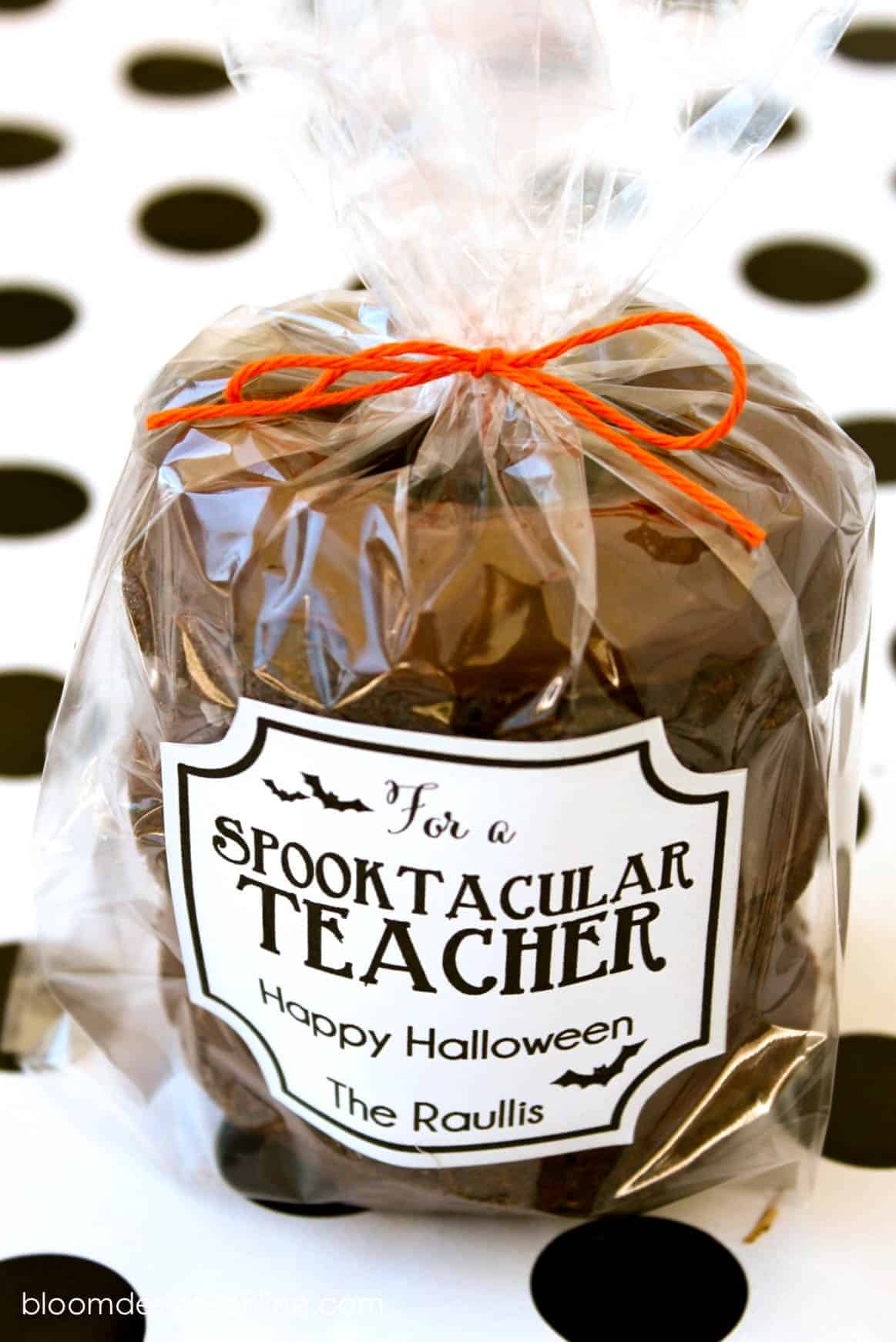 Spooktacular Teacher Gift idea and free printable label by Lil Luna | Halloween Boo ideas to treat everyone that are SO cute! #Boo #BooIdeas #Halloween #HalloweenFun #HalloweenIdeas #TrickorTreat