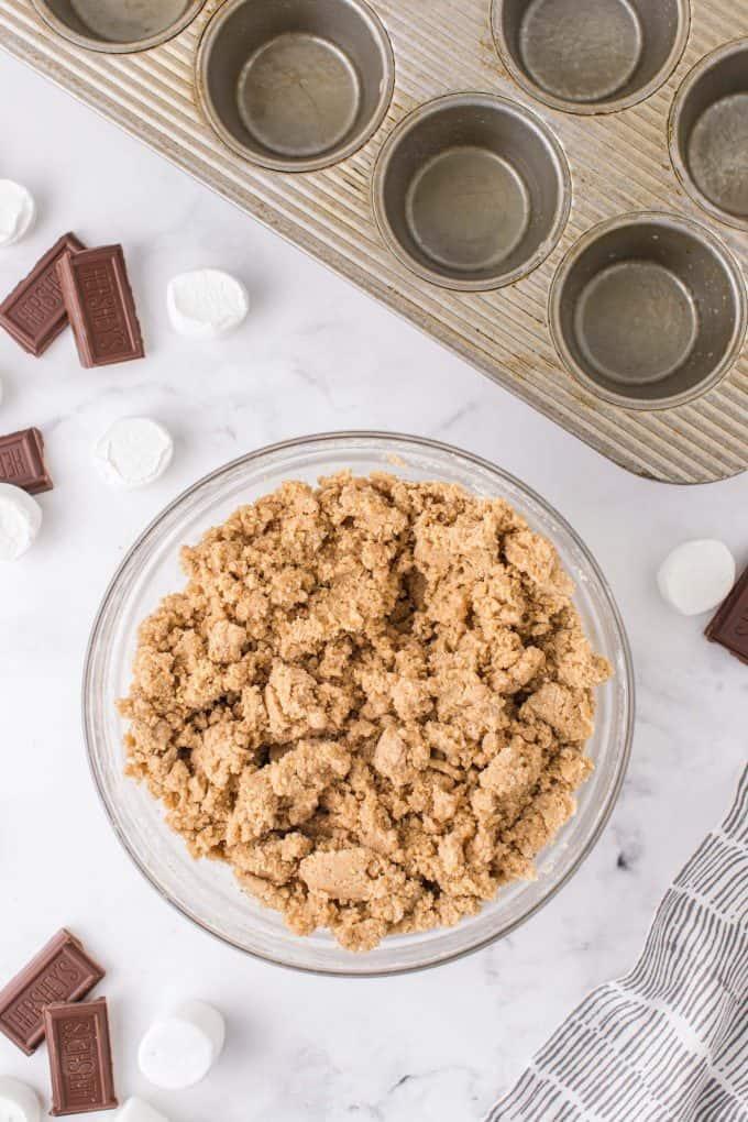 flour, graham crackers, baking powder, cinnamon, and nutmeg in a bowl