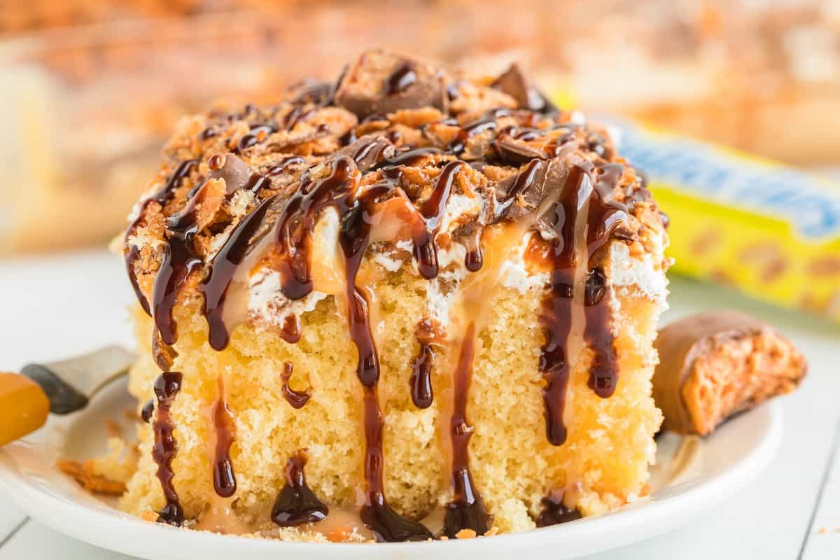butterfinger cake with chocolate syrup