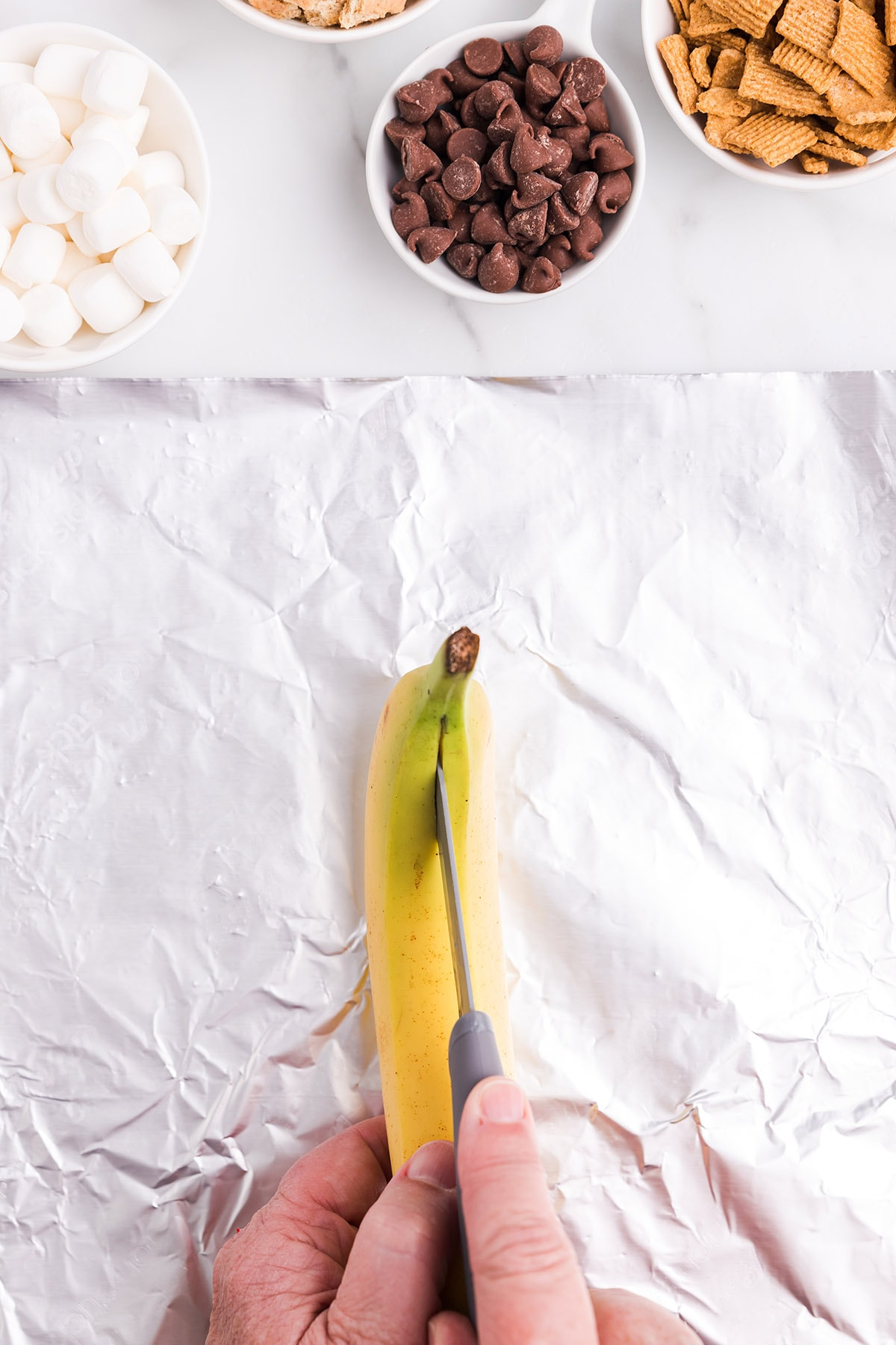 cut the banana in the middle